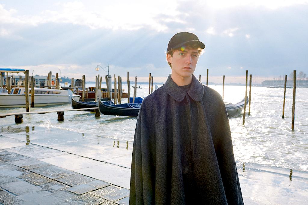 Junger Mann trägt einen Tabarro